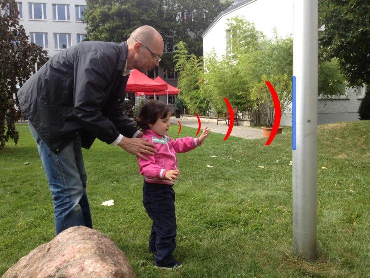 Steffen Zimmermann vom Verein »Anderes Sehen« übt mit seiner Tochter Juli Klicksonar.