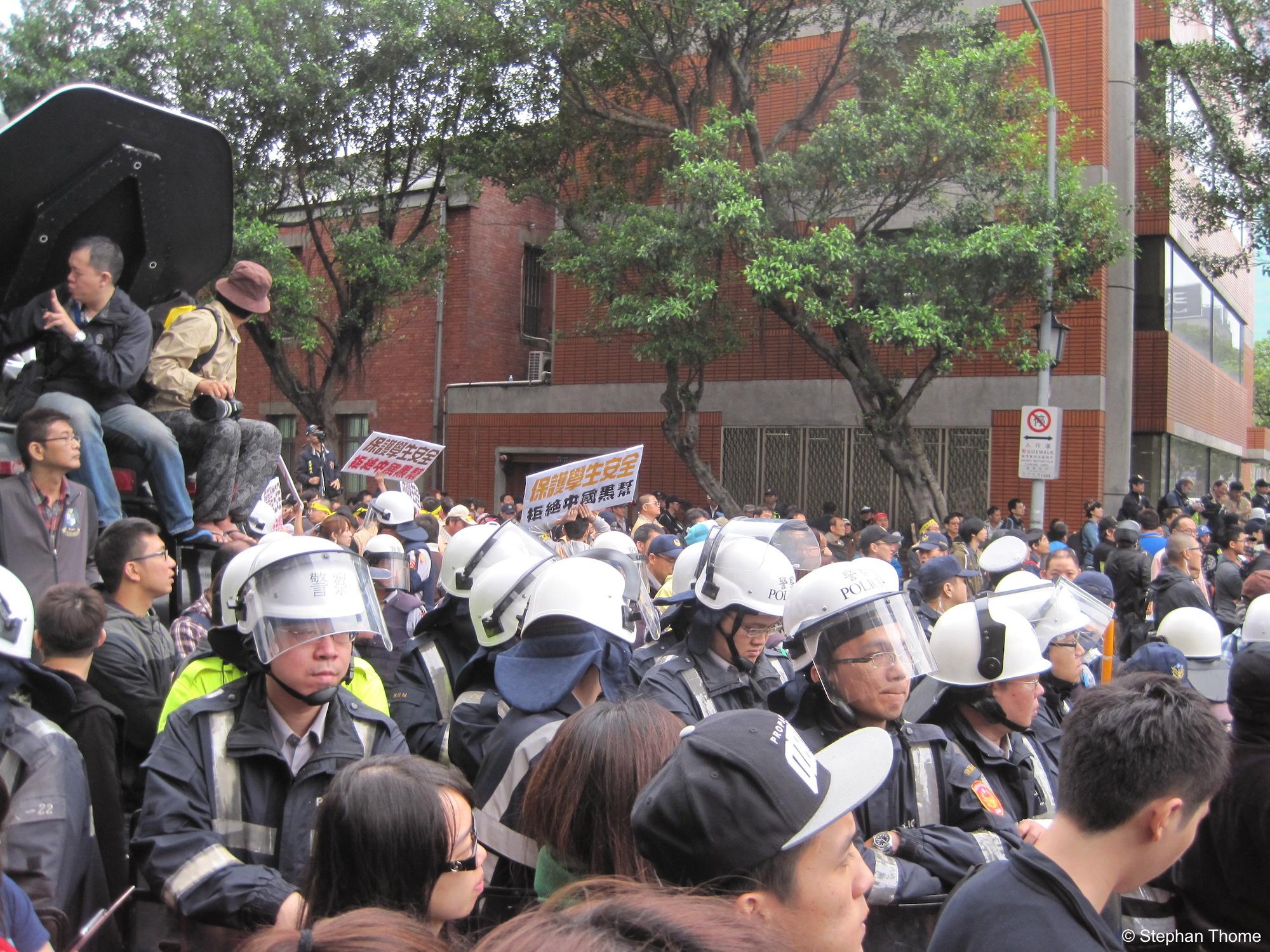 »Schützt die Studierenden« – eine Aufforderung an die massiv präsente Polizei.