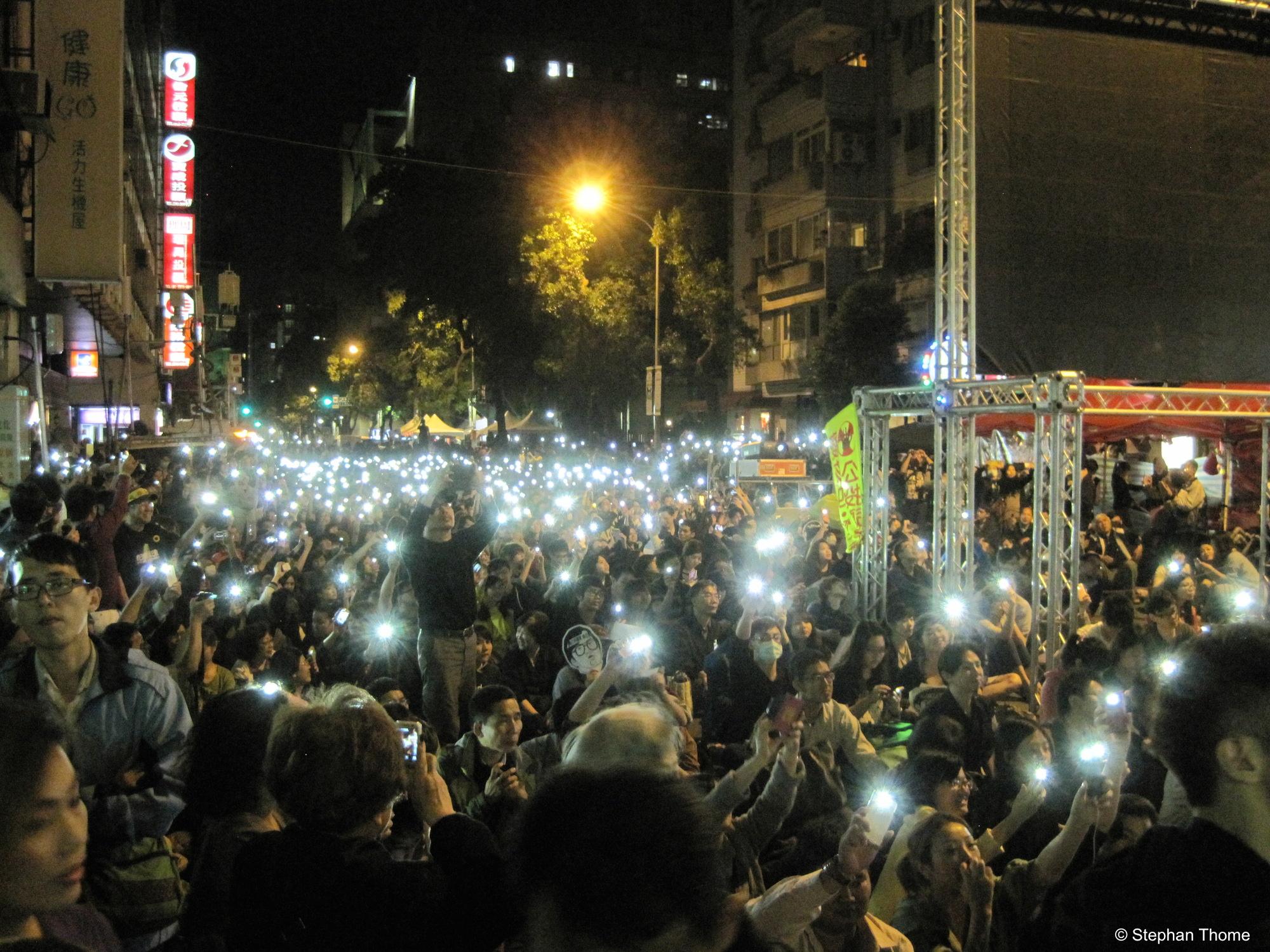 Bei der Abschlusskundgebung fordert ein Sprecher: »Bringt die Demokratie in Taiwan zum Leuchten!«