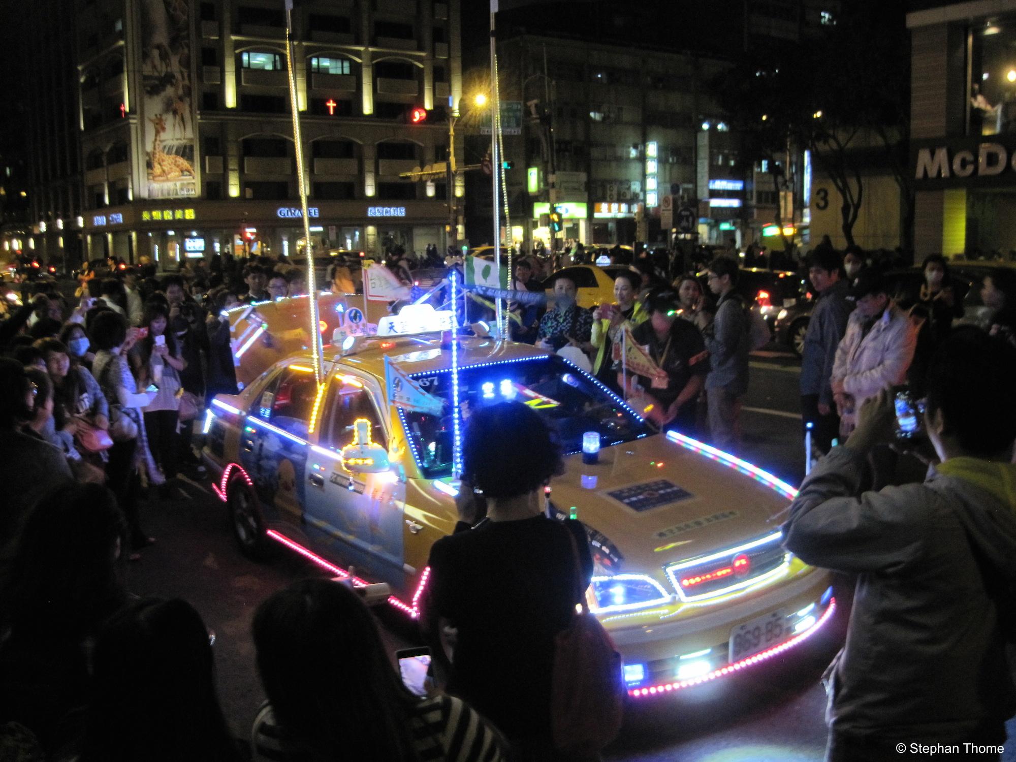 Ein Taxifahrer kommt der Aufforderung besonders eindrucksvoll nach.