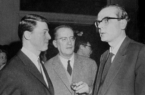 Verleihung des Fontane-Preises in Berlin an Arno Schmidt am 18. März 1964. Förderpreis an Alexander Kluge.  In der Mitte Alfred Andersch.  © Landesarchiv Berlin