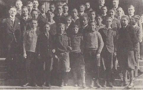 Schulklasse von Arno Schmidt im Herbst 1928. Der Meister befindet sich als Zweiter von rechts in der letzten Reihe. Aus dem Band 'Wu Hi?' Arno Schmidt in Görlitz Lauban Greiffenberg.